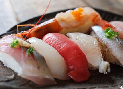寿司该怎么吃,才不会被弄得稀碎?