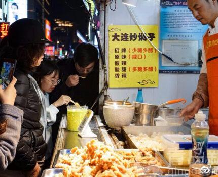 青岛冬夜台东人气依旧,小吃档口生意红火