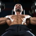 哑铃卧推:改变握法避免肩膀痛