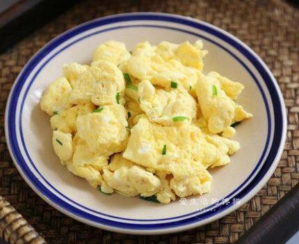 我家炒鸡蛋从来不放油,半碗清水一倒,3分钟出锅,怎么吃也不胖