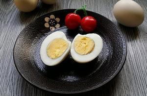 煮鸡蛋,可不能只用清水!多加1步,蛋壳一碰就掉,鸡蛋鲜嫩营养