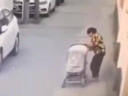 11个月的孩子从婴儿车上掉落,惨遭轿车碾压,家长全程毫无察觉