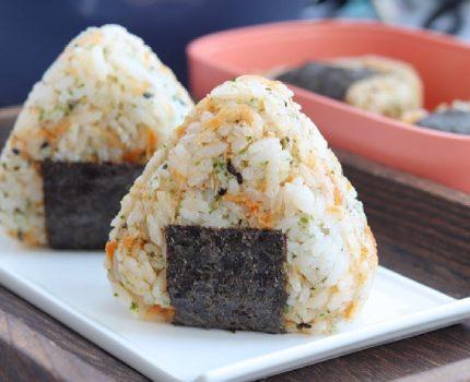 高颜美味的海苔饭团,做法简单易学,便于携带不怕来不及吃早饭喽