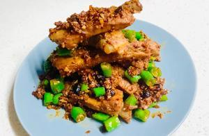 50元买2斤猪肋排,豆豉蒜蓉爆炒,加入小尖椒,麻辣爽口