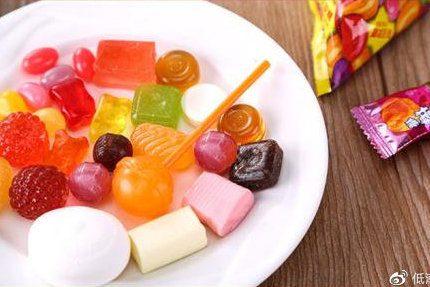 每天一篇甜甜的女友哄睡短故事:如果你喜欢一个人,就给他一颗糖