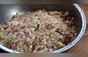 大厨教你做白菜猪肉馅饺子,菜香肉嫩不出水,吃起来有嚼劲