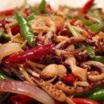 家常菜有几道开胃菜,肉和蔬菜搭配,味道鲜美,饭菜很受欢迎