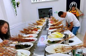 今年,火起来的火锅,不需要分餐,不需要公筷,只是得提前订位子