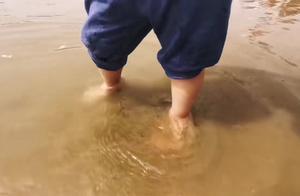 宝宝玩沙土、踩泥坑、涂鸦该阻止吗?