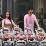 头胎双胞胎女儿,二胎四胞胎儿子,小两口带6个娃逛街太拉风