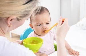 """孩子加辅食时,易出现三种""""异常情况"""",营养师教你科学处理"""
