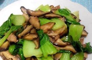 香菇炒油菜时,不要直接下锅炒,牢记一个技巧,油菜翠绿香菇美味