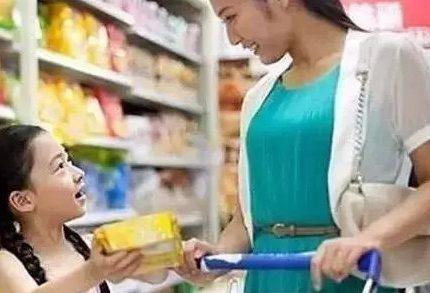 超市里妈妈这样对孩子,只是为了省5元钱,却毁了孩子一生!