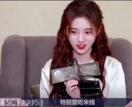 鞠婧祎采访太尴尬!不看镜头频繁拨头发,1分钟笑5次说话没条理
