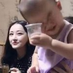 """萌宝果汁喝出""""二锅头""""的味道,网友评论:别光喝""""酒"""",吃点菜"""