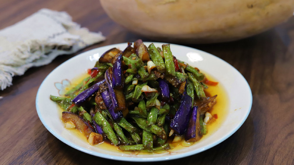 9月,推荐一道家常豆角烧茄子,茄子紫豆角绿,开胃解馋超下饭