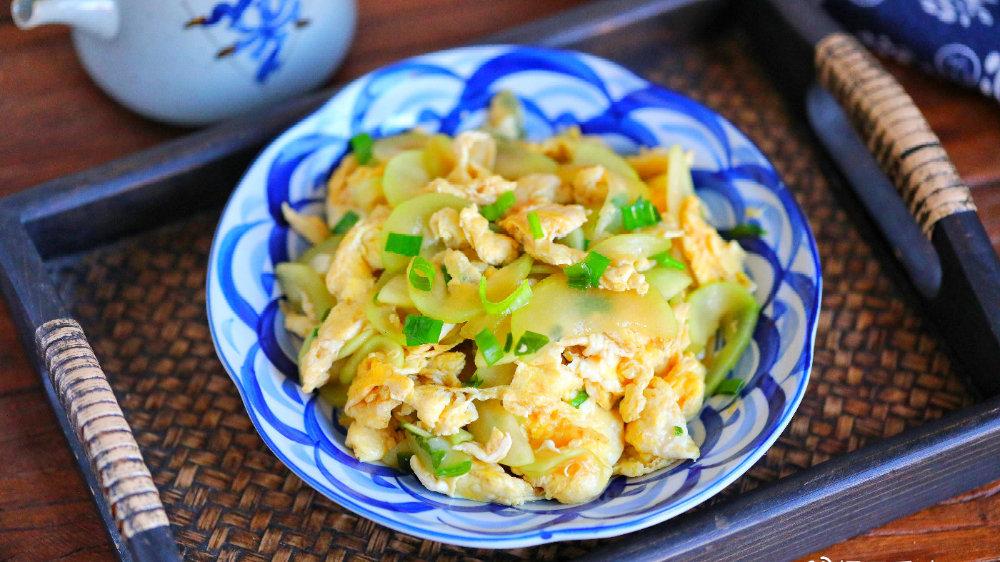 秋天遇到此菜别犹豫,多买点,和鸡蛋简单一炒,清爽美味真好吃