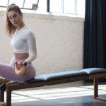 一对哑铃、一张仰卧板,简单几组力量动作锻炼全身肌肉!