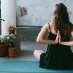 这几个基础瑜伽动作每天练,在家也能练出迷人美背