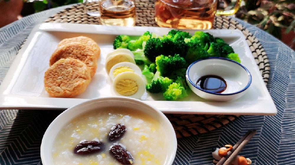 一个人吃好低脂早餐,20分钟做好了土豆泥胡萝卜饼,小菜杂粮粥