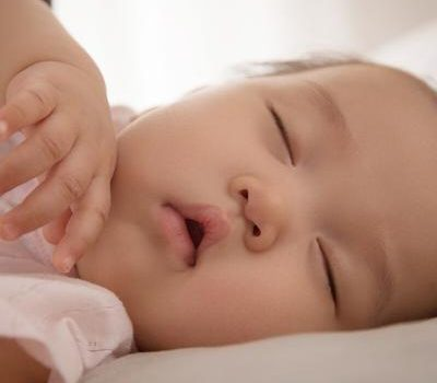 月嫂和妈妈要谨记,千万不能让宝宝这样睡觉
