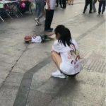 孩子要买玩具被妈妈拒绝,躺地上撒泼打滚,宝妈处理方式值得借鉴