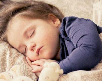 宝宝睡觉就爱满床滚?父母不要以为很正常,这些原因需逐一排除