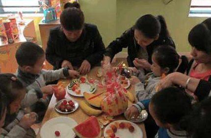 老师晒小朋友做的水果拼盘照片,唯独没我儿子,老师回复惹怒宝妈