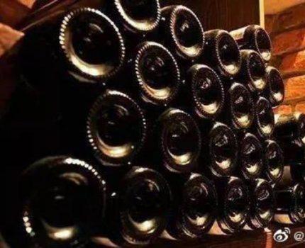 红酒酒瓶底部凹槽的传言,是真的为了少装酒吗?
