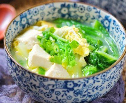 白菜豆腐一锅炖,汤鲜味美,一碗下肚全身暖,秋冬季节多喝点