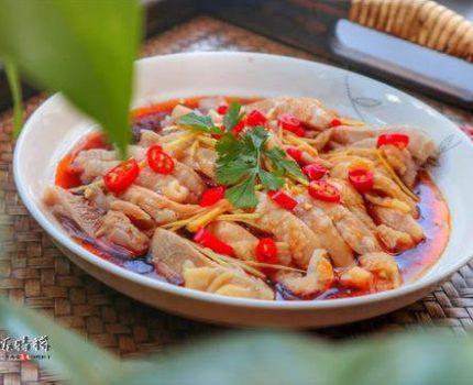 椒麻鸡,起源新疆,流行川渝,鸡肉浇上料汁,一口下去直呼过瘾