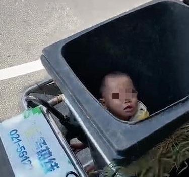 亲妈将2岁儿子扔垃圾桶:父母的失控,是孩子一辈子的伤