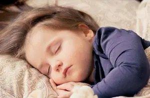 孩子总是蜷腿睡,不要觉得可爱,这是孩子发出的信号