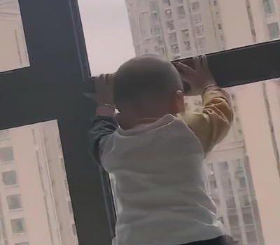 儿子待在窗口太安静,宝妈好奇凑近去看,看到孩子的模样哭笑不得